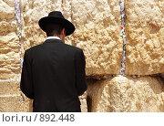 Купить «Мужчина у  западной стены плача. Иерусалим. Израиль», фото № 892448, снято 20 мая 2009 г. (c) Роман Сигаев / Фотобанк Лори