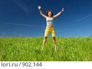 Купить «Девушка, прыгающая на зеленом поле на фоне неба», фото № 902144, снято 31 мая 2009 г. (c) Дмитрий Яковлев / Фотобанк Лори