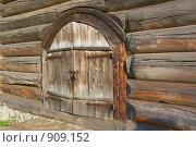 Дверь. Элемент старинной деревянной постройки. Стоковое фото, фотограф Павел Спирин / Фотобанк Лори
