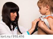 Купить «Доктор прослушивает грудную клетку ребёнка», фото № 910416, снято 30 мая 2009 г. (c) Машбиц Любовь Викторовна / Фотобанк Лори