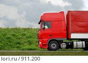 Купить «Красный грузовик», фото № 911200, снято 3 июня 2009 г. (c) Дмитрий Калиновский / Фотобанк Лори