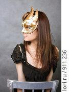 Купить «Девушка в Венецианской  маске», фото № 911236, снято 19 августа 2018 г. (c) ElenArt / Фотобанк Лори