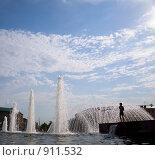 Силуэт ребенка на фоне фонтана (2009 год). Редакционное фото, фотограф Коротеев Сергей / Фотобанк Лори