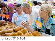 Купить «Пожилой покупатель выбирает выпечку в секции кулинарии», фото № 916104, снято 12 июня 2009 г. (c) Александр Подшивалов / Фотобанк Лори
