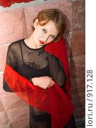 Купить «Молодая девушка с красным шарфом», фото № 917128, снято 29 мая 2009 г. (c) Виктория Кириллова / Фотобанк Лори