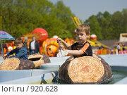 Купить «Ребенок в лодке на аттракционах. Фокус на ребенке», фото № 920628, снято 3 мая 2008 г. (c) Недзельская Татьяна / Фотобанк Лори