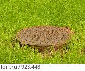 Купить «Канализационный люк», фото № 923448, снято 12 июня 2009 г. (c) Исаев Михаил / Фотобанк Лори