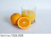 Стакан апельсинового сока и полтора апельсина. Стоковое фото, фотограф Роман Смирнов / Фотобанк Лори