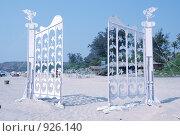 Белые ворота на пляже (2006 год). Редакционное фото, фотограф Ксения Шаханова / Фотобанк Лори