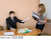 Купить «Начальник отдает девушке-секретарю подписанный документ», фото № 929808, снято 19 марта 2009 г. (c) pzAxe / Фотобанк Лори