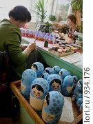 Купить «Роспись матрешек», эксклюзивное фото № 934176, снято 20 июня 2009 г. (c) Gagara / Фотобанк Лори