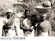 Индийские женщины, идущие по дороге (2007 год). Редакционное фото, фотограф Ксения Шаханова / Фотобанк Лори
