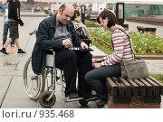 Купить «Молодая женщина и мужчина в инвалидной коляске играют в шахматы в парке», фото № 935468, снято 21 июня 2009 г. (c) Татьяна Белова / Фотобанк Лори