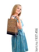 Купить «Молодая девушка с пакетом», фото № 937456, снято 2 августа 2008 г. (c) Михаил Малышев / Фотобанк Лори
