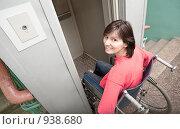 Купить «Девушка в инвалидной коляске въезжает в лифт», фото № 938680, снято 15 июля 2020 г. (c) Давид Мзареулян / Фотобанк Лори