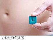Купить «Женщина держит в руке радиочастотную идентификационную метку (RFID)», фото № 941840, снято 29 марта 2020 г. (c) AlphaBravo / Фотобанк Лори