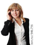 Купить «Молодая улыбающаяся женщина разговаривает по мобильному телефону», фото № 946716, снято 17 ноября 2018 г. (c) AlphaBravo / Фотобанк Лори