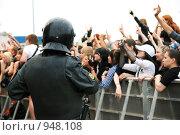 Купить «Обеспечение безопасности во время проведения массовых мероприятий», эксклюзивное фото № 948108, снято 27 июня 2009 г. (c) Ольга Визави / Фотобанк Лори