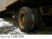 Пара колес, обмотанных цепью. Стоковое фото, фотограф Борисова Юлия / Фотобанк Лори