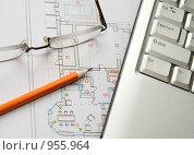 Купить «Ноутбук, очки и карандаш на цветном чертеже», фото № 955964, снято 29 июля 2008 г. (c) Сергей Плахотин / Фотобанк Лори