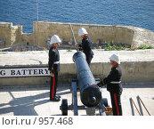 Солдаты готовят пушку к выстрелу. Мальта (2006 год). Редакционное фото, фотограф Надежда Агафонова / Фотобанк Лори