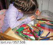Купить «Маленькая девочка рисует», фото № 957508, снято 22 ноября 2008 г. (c) Юлия Подгорная / Фотобанк Лори