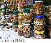 Банки с медом на рынке (2006 год). Редакционное фото, фотограф Валерий Кондрашов / Фотобанк Лори