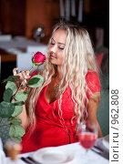 Купить «Девушка в красном держит в руках розу», фото № 962808, снято 25 июня 2009 г. (c) Баевский Дмитрий / Фотобанк Лори