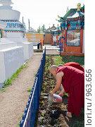 Буддийские монахи трудятся. Иволгинский дацан. Бурятия. Стоковое фото, фотограф Александр Подшивалов / Фотобанк Лори