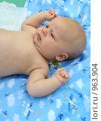 Младенец с ромашкой в кулаке. Стоковое фото, фотограф Матвеева Наталья / Фотобанк Лори