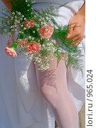 Купить «Невеста поправляет чулок», фото № 965024, снято 29 мая 2009 г. (c) Виктория Кириллова / Фотобанк Лори