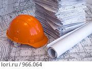 Купить «Строительная каска и стопка чертежей», фото № 966064, снято 31 мая 2009 г. (c) Кекяляйнен Андрей / Фотобанк Лори