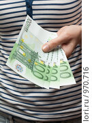 Купить «Человек дает деньги», фото № 970716, снято 1 июля 2009 г. (c) Руслан Кудрин / Фотобанк Лори