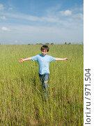 Купить «Мальчик в поле на фоне голубого неба», фото № 971504, снято 11 июня 2009 г. (c) Куликова Татьяна / Фотобанк Лори