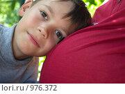 Купить «Мальчик прислонился головой к животу беременной мамы», фото № 976372, снято 12 июля 2009 г. (c) Денис Шароватов / Фотобанк Лори