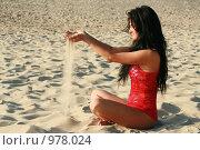 Красивая девушка сидит на песке. Стоковое фото, фотограф Сухоносова Анастасия / Фотобанк Лори