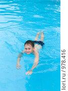 Купить «Мальчик, плавающий в бассейне», фото № 978416, снято 26 июня 2009 г. (c) Куликова Татьяна / Фотобанк Лори