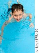Купить «Мальчик, плавающий в бассейне», фото № 978420, снято 26 июня 2009 г. (c) Куликова Татьяна / Фотобанк Лори