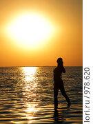 Купить «Силуэт девушки на закате», фото № 978620, снято 12 июля 2008 г. (c) Сергей Сухоруков / Фотобанк Лори