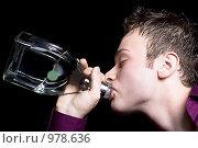 Купить «Молодой мужчина пьет водку из горла», фото № 978636, снято 6 июля 2008 г. (c) Сергей Сухоруков / Фотобанк Лори