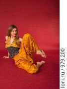 Купить «Молодая спортсменка в желтом костюме выполняет физические упражнения», фото № 979200, снято 5 марта 2009 г. (c) Олег Тыщенко / Фотобанк Лори