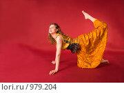 Купить «Молодая спортсменка в желтом костюме выполняет физические упражнения», фото № 979204, снято 5 марта 2009 г. (c) Олег Тыщенко / Фотобанк Лори