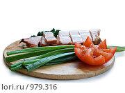 Нарезанное мясо с зеленью и помидорчиком. Стоковое фото, фотограф Алексей Васильев / Фотобанк Лори