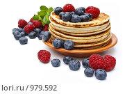 Блины со свежими ягодами черники и малины на белом фоне. Стоковое фото, фотограф Лисовская Наталья / Фотобанк Лори
