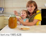 Купить «Бабушка с внучкой едят мед с хлебом», фото № 985628, снято 19 июля 2009 г. (c) Гладских Татьяна / Фотобанк Лори