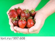 Купить «Полная горсть клубники», фото № 997608, снято 6 июня 2009 г. (c) Юлия Сайганова / Фотобанк Лори