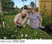 Купить «Пожилая  семейная пара на даче», фото № 999568, снято 12 июля 2009 г. (c) Сергей Цепек / Фотобанк Лори