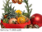 Купить «Украшение рождественского стола. Корзина с фруктами и елочные шарики», фото № 1003220, снято 14 декабря 2008 г. (c) Георгий Марков / Фотобанк Лори