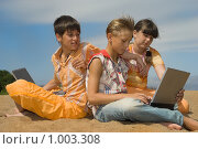 Купить «Трое подростков с ноутбуками на песке», фото № 1003308, снято 17 июля 2009 г. (c) Григорьева Любовь / Фотобанк Лори