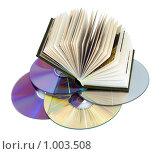 Купить «Книга и компьютерные диски», фото № 1003508, снято 25 июня 2009 г. (c) Юрий Жеребцов / Фотобанк Лори